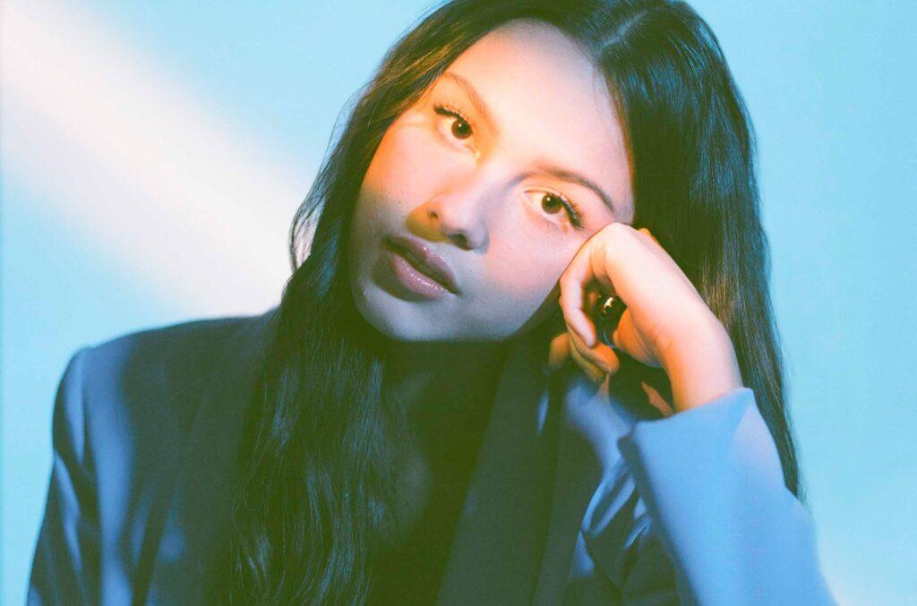 Olivia Rodrigo zatočila hudebním světem s debutovým singlem Driver's License. Kdo Olivia vlastně je a co stojí za jejím úspěchem?