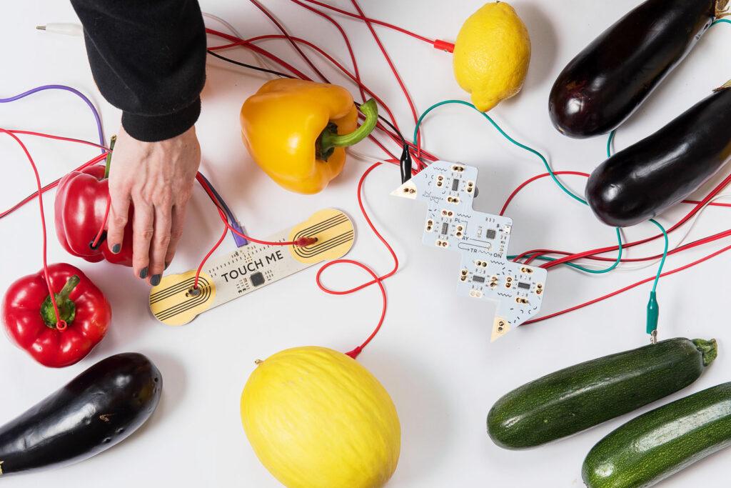 Pařížské Studio Playtronica proměňuje každodenní předměty v hudební nástroje. Jaké je jejich kouzlo?
